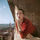 Capucine, modelo y actriz francesa, en un balcón, Roma, agosto de 1951.